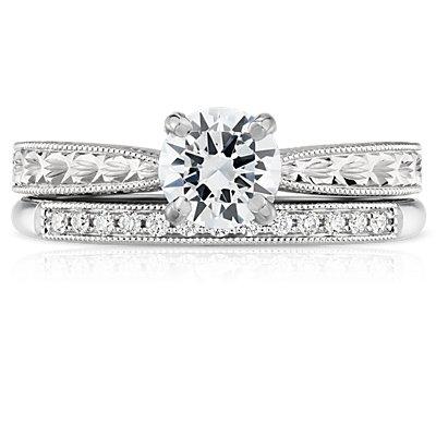 Anillo pequeño de diamantes con diseño milgrain en oro blanco de 14 k