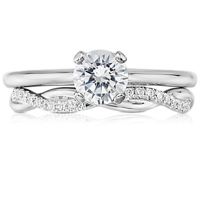 Anillo de eternidad de diamantes pequeño con diseño torcido en oro blanco de 14 k (1/5 qt. total)