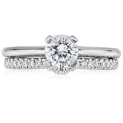 Clásico anillo con pavé de diamantes y curva en oro blanco de 14 k (1/6 qt. total)