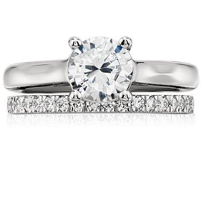 Anillo de pavé de diamantes pequeño en platino (1/3 qt. total)