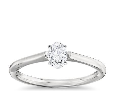 1/2 克拉可供发货铂金椭圆形切割小巧单石订婚戒指