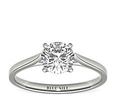 14k 白金小巧大教堂单石订婚戒指