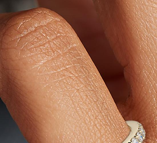 Anillo con pavé de diamantes en oro amarillo de 18k (1/2 qt. total)