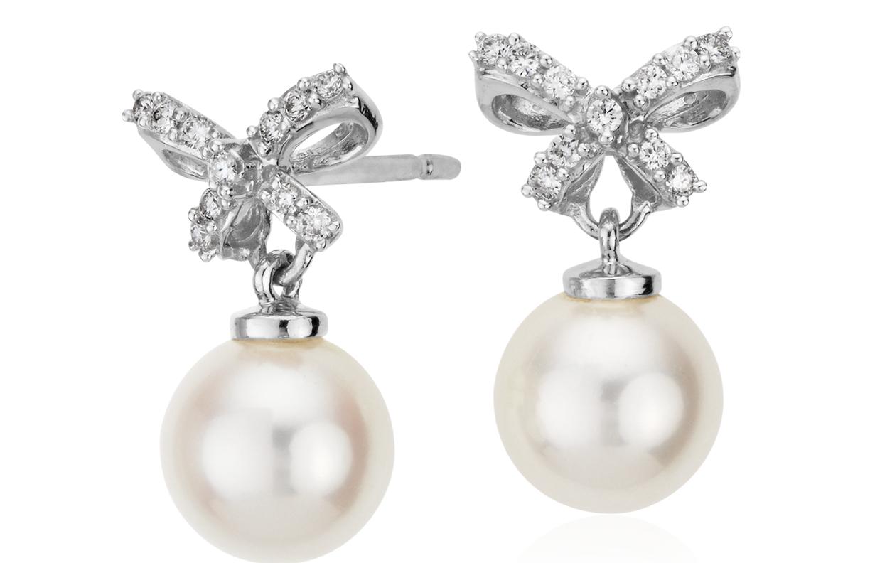 Aretes de perlas cultivadas y lazo de diamantes en oro blanco de 18 k (7mm)