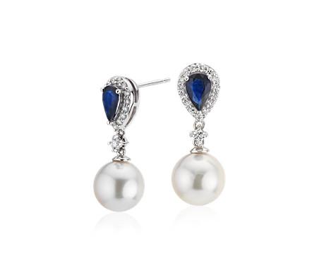 Aretes colgantes clásicos de perlas cultivadas de Akoya con detalle de zafiro y diamante en oro blanco de 14 k (8-8,5mm)