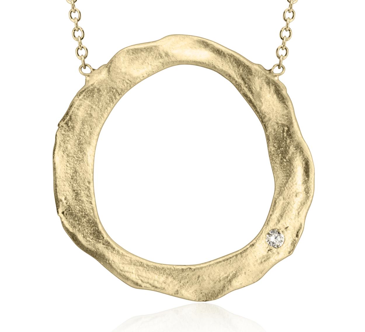 Collar circular artesanal de Denise James en oro amarillo satinado de 14k