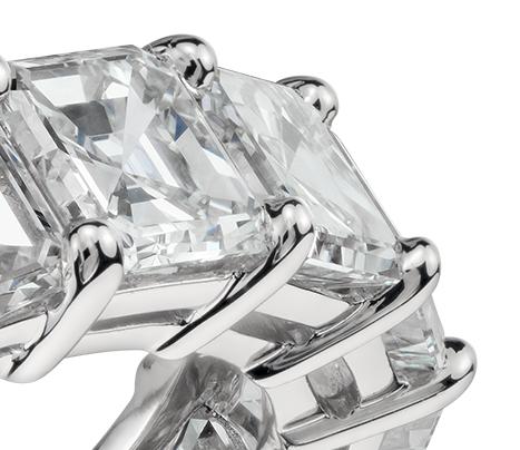 Anillo de eternidad de diamantes de talla Asscher en platino (7 qt. total)