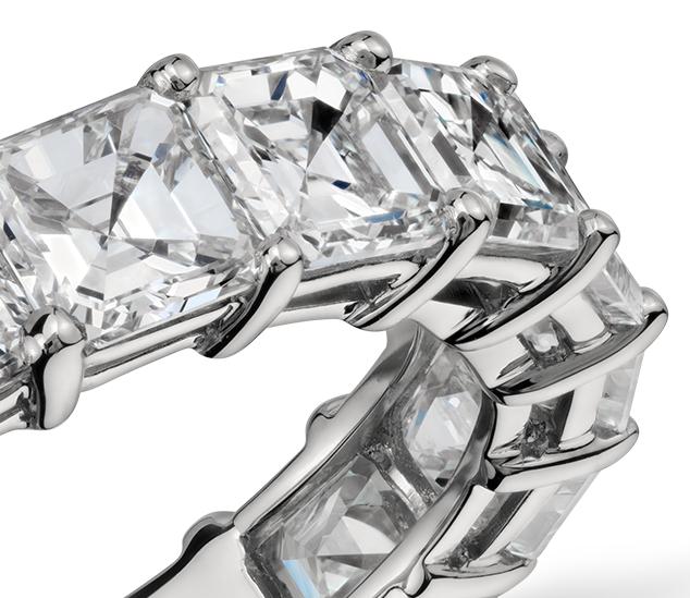 Anillo de eternidad de diamantes de talla Asscher en platino (6,42 qt. total)