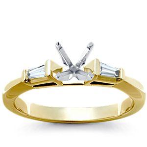 Anillo de compromiso de diamantes cónicos de talla baguette en oro blanco de 14 k (1/6 qt. total)