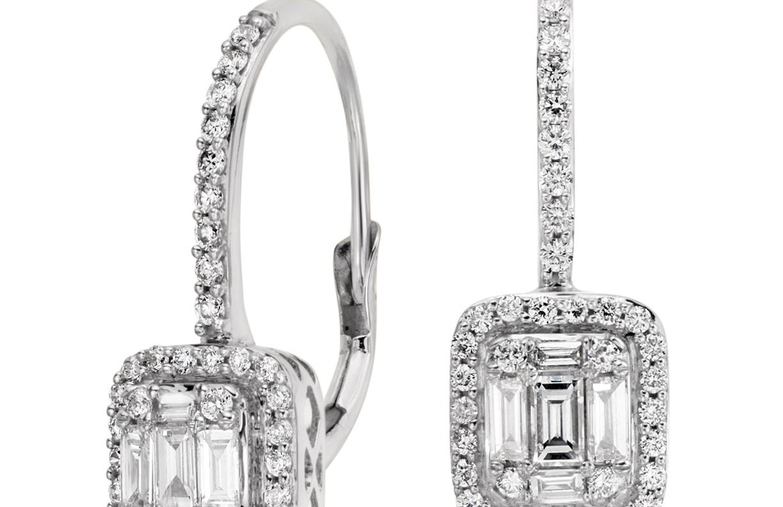 Aretes con cierre mosquetón con diamantes talla baguette en oro blanco de 18 k (3/4 qt. total)