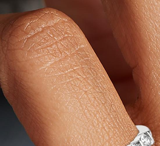 Anillo de diamantes con montura de barra en platino (1/2 qt. total)