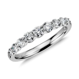 Anillo de diamantes graduados en oro blanco de 14 k (1/2 qt. total)