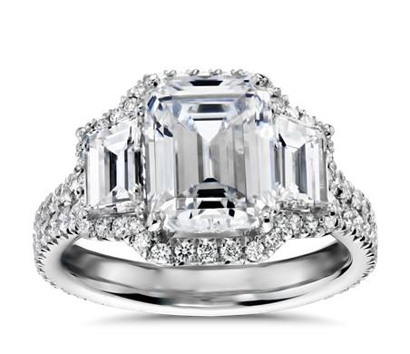 Anillo de compromiso de tres piedras de talla esmeralda y halo de diamantes de Blue Nile Studio en platino (1,25 qt. total)