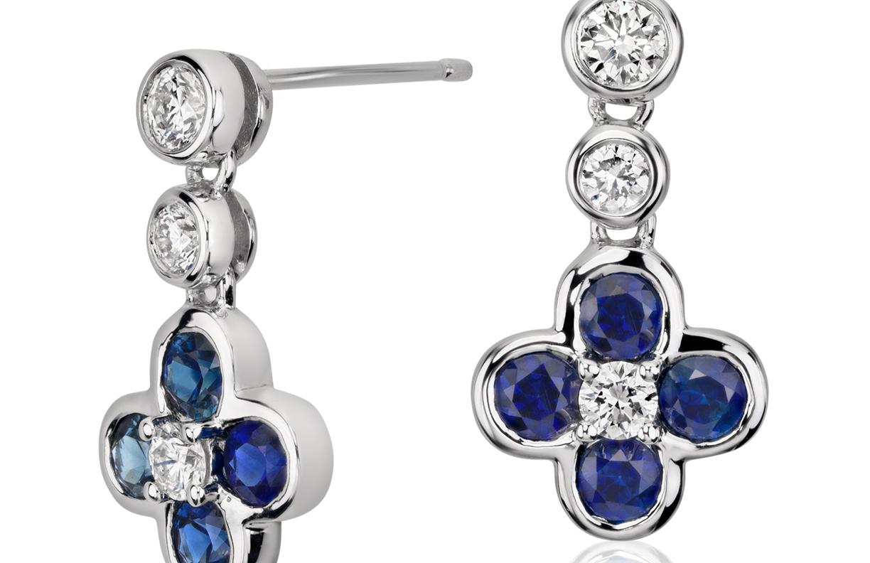 Aretes colgantes de diamante y zafiro con motivo floral Something Blue de Studio de Blue Nile en oro blanco de 18 k (2.7mm)