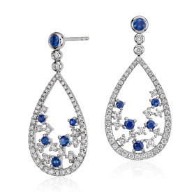 Pendant d'oreille floral diamant et saphir bleu, Blue Nile Studio Something Blue en or blanc 18 carats