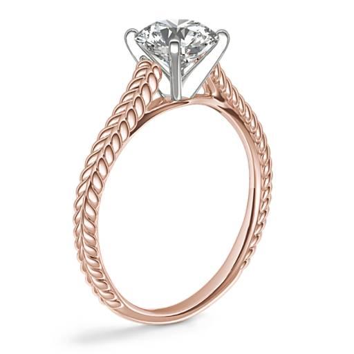 Anillo de compromiso con diamante en solitario y montura tipo catedral trenzada