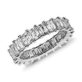Anillo de eternidad de diamantes con talla esmeralda en platino (4,5 qt. total)