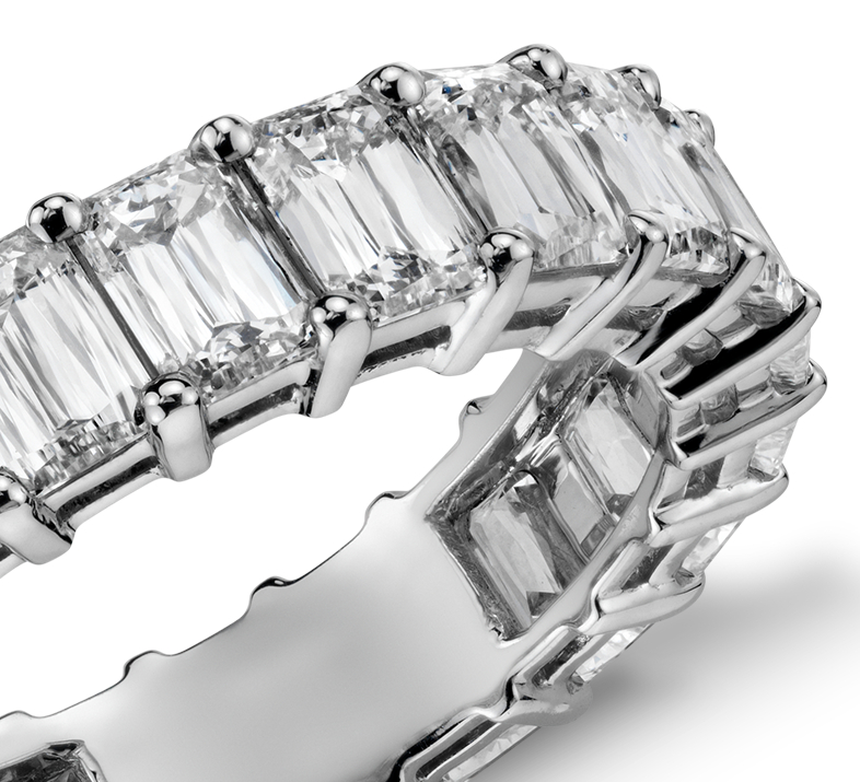 Anillo de eternidad de diamantes con talla esmeralda en platino (5 qt. total)