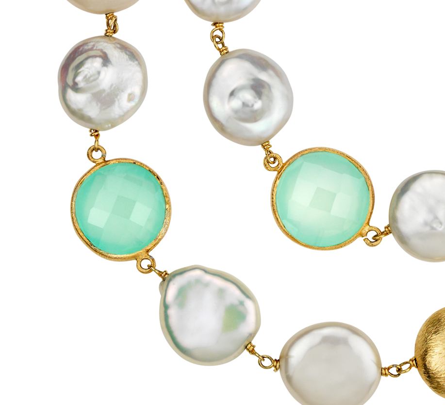 Collar de perlas cultivadas de agua dulce, calcedonia y cuarzo blanco en plata bañada en oro