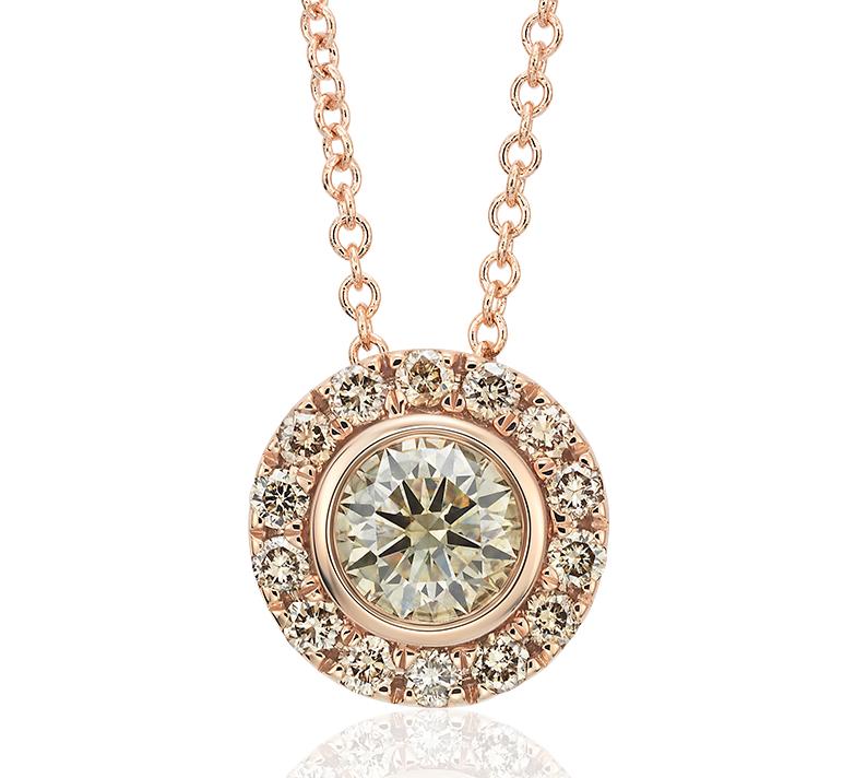 Colgante de halo de diamantes de color champaña en oro rosado de 14k (1/2 qt. total)