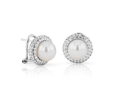 Boucles d'oreilles classiques avec perle de culture d'Akoya et double halo de diamants en or blanc 18carats (9mm)