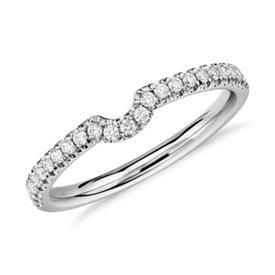 Clásico anillo de diamantes con curva en platino (1/6 qt. total)