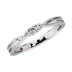 新款 14k 白金三石尖顶锯状滚边钻石女士戒指<br>(1/10 克拉总重量)