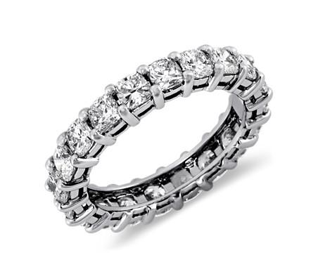 Anillo de eternidad de diamante de talla cojín en platino (3 qt. total)