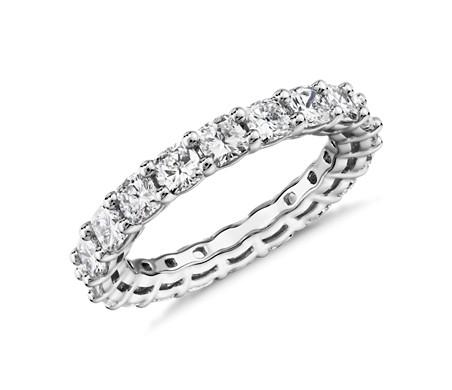 Anillo de eternidad de diamante de talla cojín en platino (3,0 qt total)