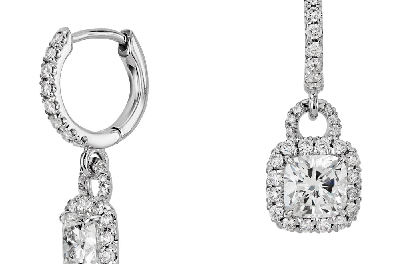 Aretes de diamantes de talla cojín en oro blanco de 18 k (1,50 qt. total)