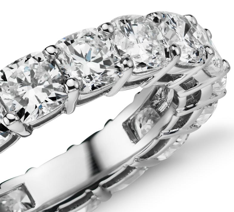 Anillo de eternidad de diamante de talla cojín en platino (6 qt. total)