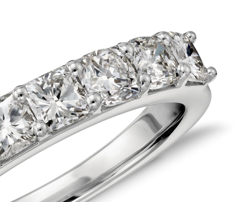 Anillo de diamantes de talla cojín en platino (1,25 qt. total)