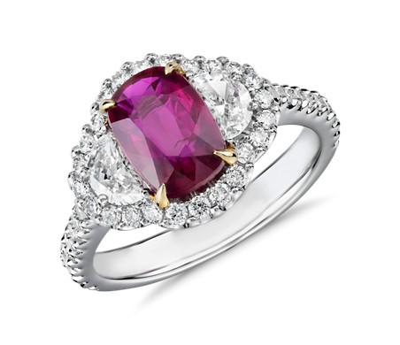 Anillo de tres piedras de rubí de talla cojín  y halo de diamantes en forma de media luna en oro blanco y amarillo de 18k (8x6mm)