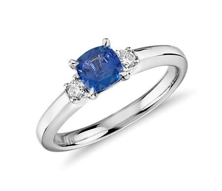 14k 白金枕形切割蓝宝石与钻石三石订婚戒指<br>(5x5毫米)