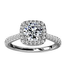 Anillo de compromiso con halo en forma de cojín y detalle de puente de diamantes en oro blanco de 14 k (1/3 qt. total)