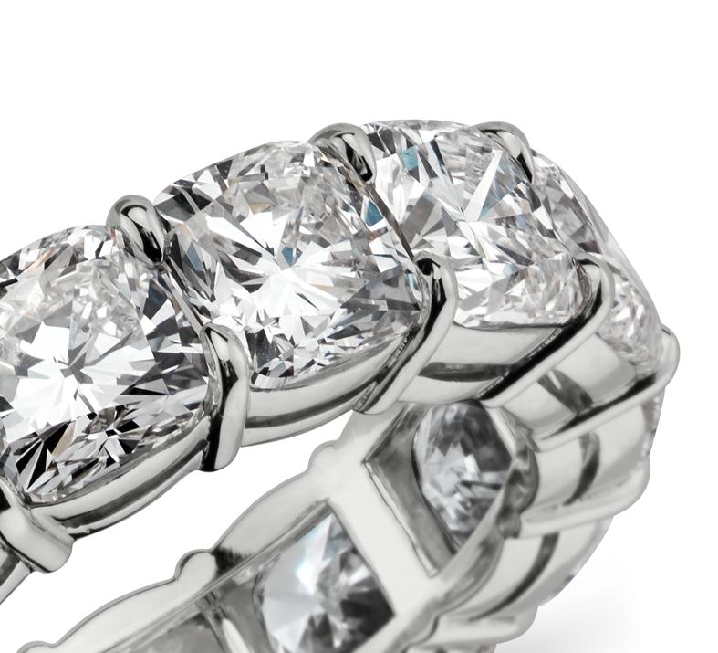 Anillo de eternidad de diamante de talla cojín en platino, E/VS1 (10,75 qt. total)