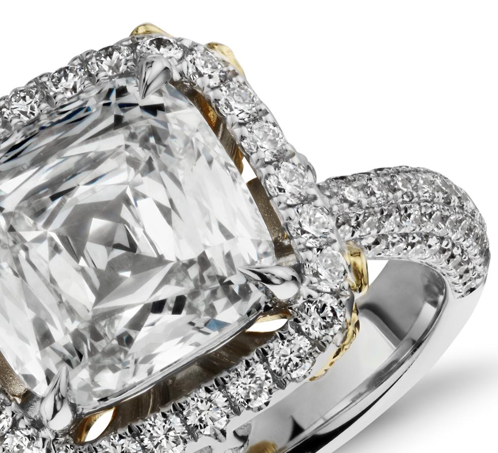 Bague moderne avec halo de diamants sertis pavé et taille coussin en or blanc 18carats (4,74carats, poids total)