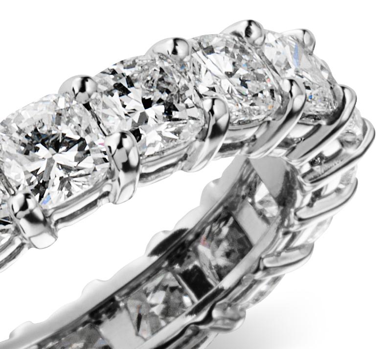 Anillo de eternidad de diamante de talla cojín en platino (4 qt. total)