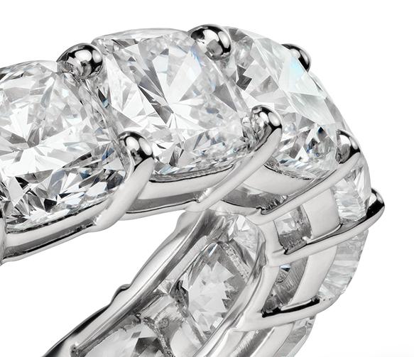 Bague d'éternité diamant taille coussin en platine (7carats, poids total)