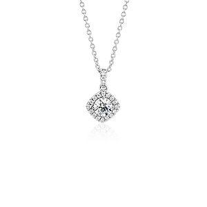 NUEVO. Colgante con halo de diamantes de talla cojín, en oro blanco de 14 k (1/2 qt. total)