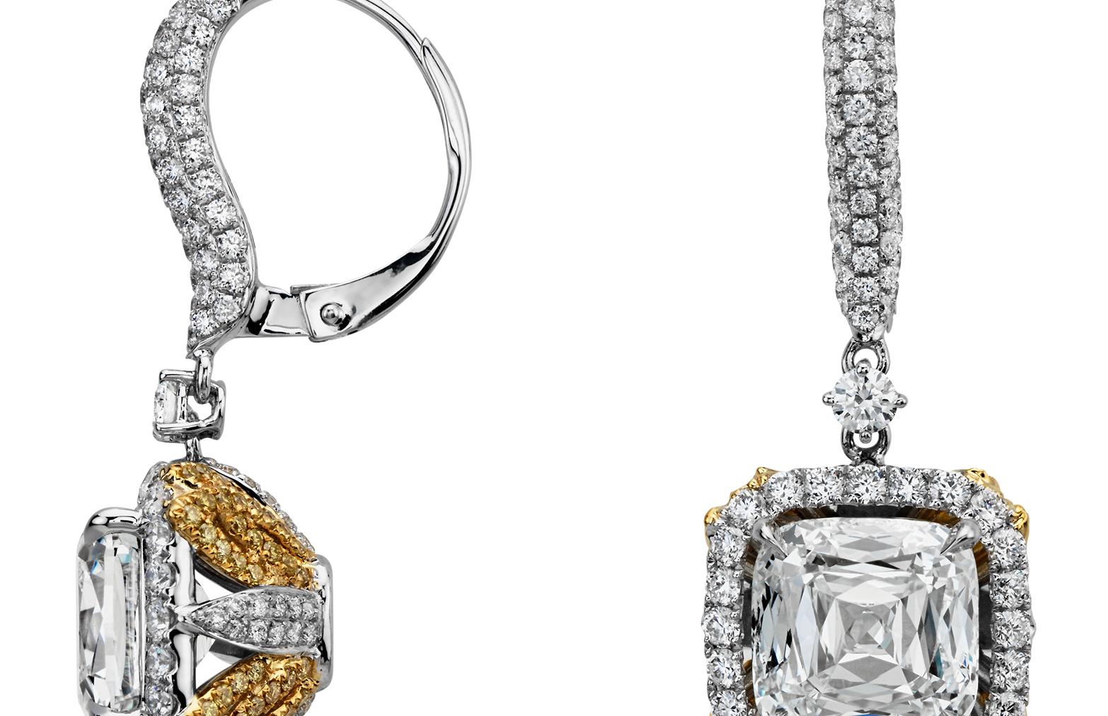 Pendants d'oreilles modernes avec halo de diamants sertis pavé et taille coussin en or blanc et jaune 18carats (8,91carats, poids total)