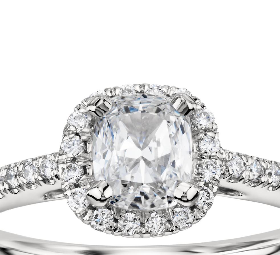 Anillo de compromiso de diamantes halo de talla cojín en platino (1/4 qt. total)