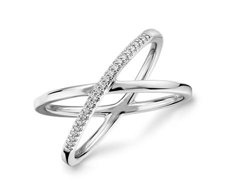 Anillo de perfil cruzado con delicado pavé de diamantes en oro blanco de 14 k (1/10 qt. total)