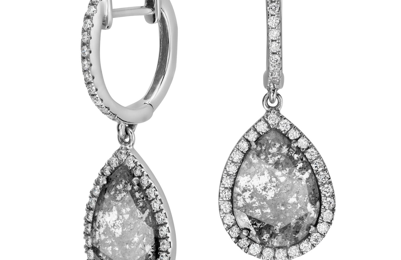 Aretes con fracción de diamante facetado en oro blanco de 18 k