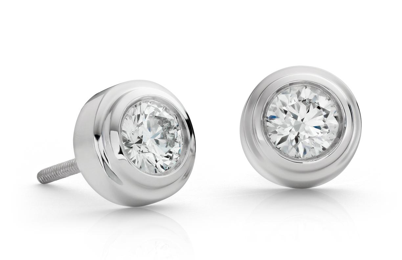 Aretes con diamante en bisel en oro blanco de 18 k (0,80 qt total)