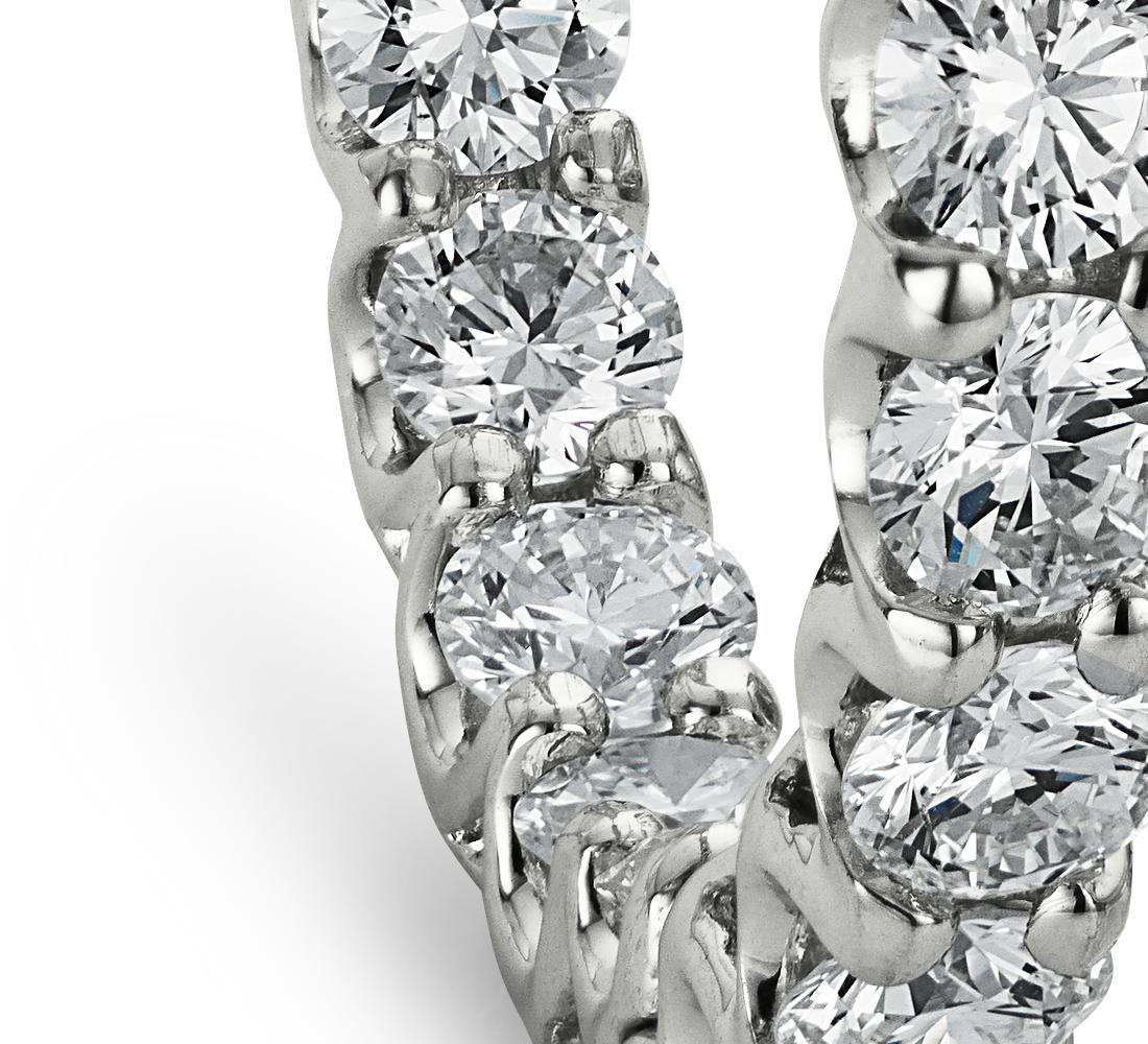 Aretes tipo argolla de eternidad con diamantes en oro blanco de 18 k (4 1/2 qt. total)