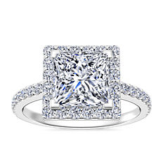 Anillo de compromiso de diamantes halo de talla princesa en platino