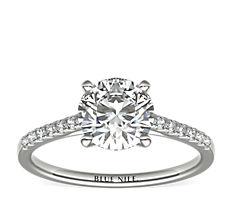 Petite bague de fiançailles en diamants sertis pavé avec monture cathédrale en platine
