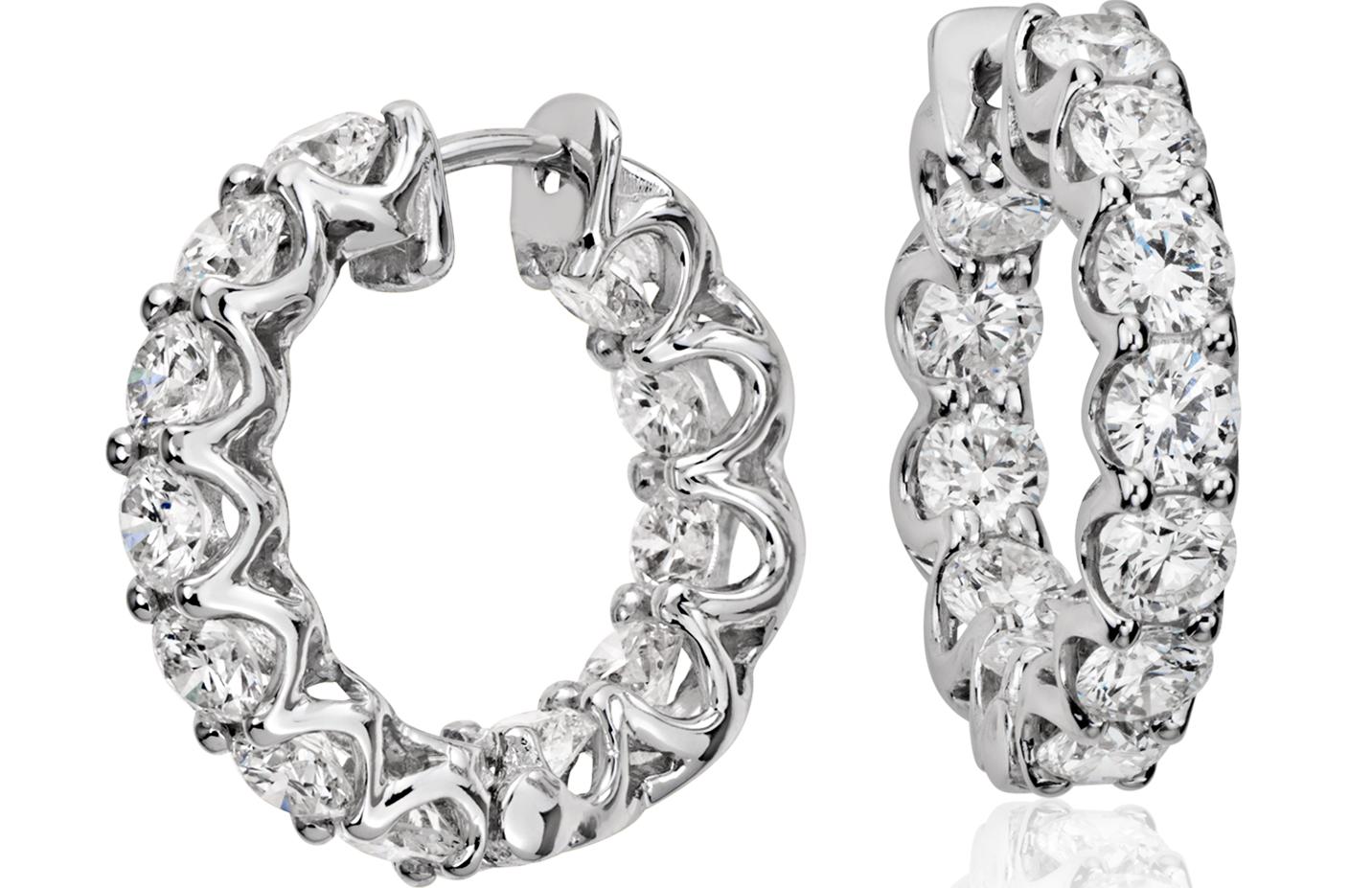 Aretes tipo argolla de eternidad con diamantes en oro blanco de 18 k (3 qt. total)
