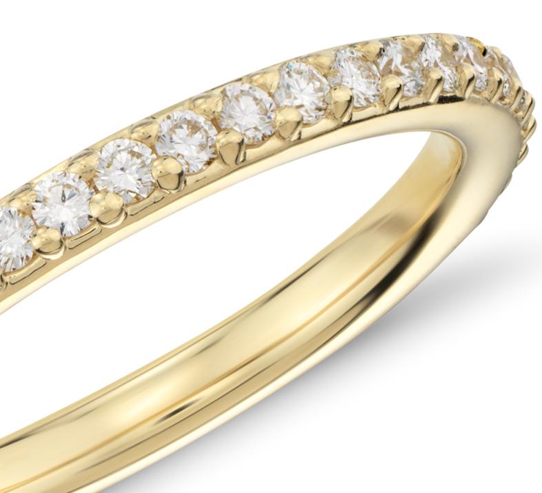 Anillo de eternidad con pavé de diamantes en oro amarillo de 18k (1/2 qt. total)